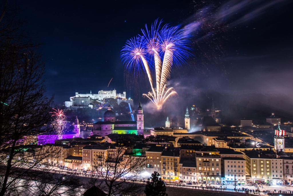 Blick vom Kapuzinerberg auf Feuerwerk von der Festung. (c) Salzburg Tourismus