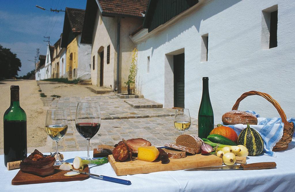 Kellergasse in Mailberg / Buffet Weinviertel in Niederösterreich © Österreich Werbung, Fotograf: Himsl L.