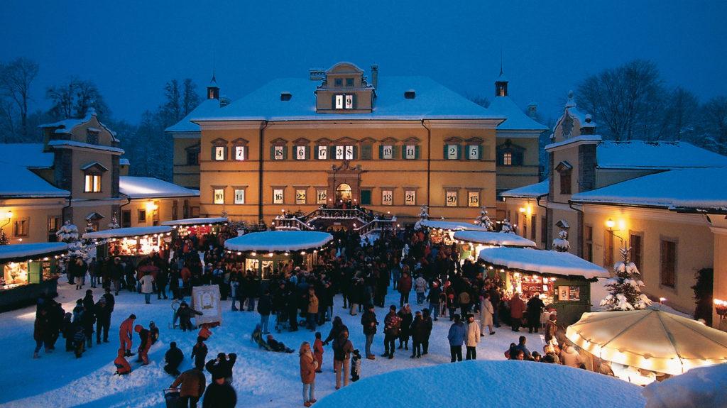 Hellbrunner Adventzauber. Adventmarkt vor dem Schloss Hellbrunn in Salzburg. (c) Salzburg Tourismus