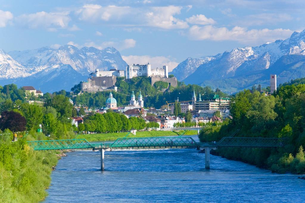 Blick ueber die Salzach auf die Salzburger Altstadt mit der Festung Hohensalzburg, im Hintergrund die noerdlichen Kalkalpen (Tennengebirge, Hagengebirge, dazwischen der Einschnitt des Pass Lueg),