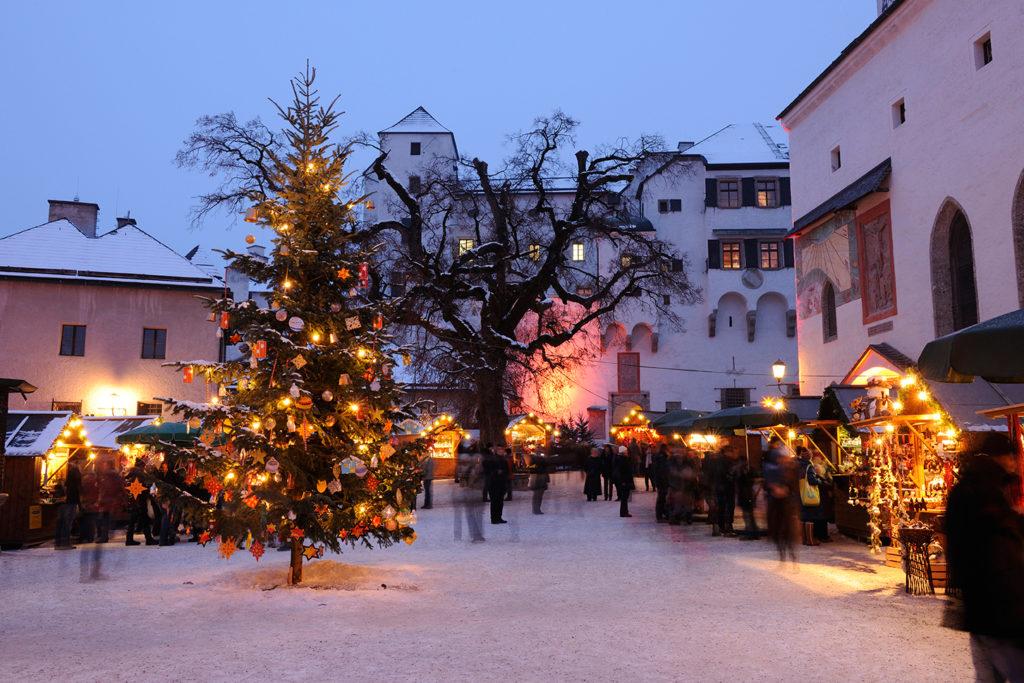 Salzburger Festungsadvent: Ein romantischer Sternenpfad führt Besucher auf die Festung Hohensalzburg. (c) Salzburg Tourismus