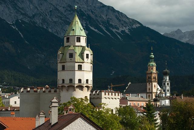 """Sprachsalz Hall / Tirol, Kulturleistung Literatur ist das Salz in der Sprache. So könnte man das Motto des Festivals """"Sprachsalz"""" umschreiben, das jedes Jahr hochrangige Literaten zu einem ungewöhnlichen Festival nach Hall in Tirol einlädt. Sprachsalz ist ein Fest der literarischen Vielstimmigkeit, bei dem jedes Jahr bekannte heimische und internationale Autoren in Hall in Tirol gastieren. Inzwischen ist es fast schon Tradition, dass ein besonderer Schwerpunkt der amerikanischen Avantgardekultur gewidmet wird: ein Engagement, das dem Festival den renommierten US-amerikanischen Acker Award einbrachte – als Auszeichnung für seine gelungene """"Kunst des Konventionsbruchs"""". Fernab aller Gewohnheiten ist auch der Veranstaltungsort: Das Parkhotel in Hall in Tirol bietet mit seinem modernen, schwarzen Glasturm ein gleichsam futuristisches Ambiente für die Soirées, bestehend aus Lesungen und Performances. Ein Festival-Tag findet in Kooperation mit den Klangspuren in Schwaz statt, wo die Verwandtschaft zwischen Sprache und Musik schöpferisch ausgelotet wird. Eine weitere beliebte Besonderheit der Literaturtage ist die Überraschungslesung eines bekannten Autors, der bis zuletzt geheim gehalten wird. Und noch etwas ist ungewöhnlich an Sprachsalz: Alle Veranstaltungen können bei freiem Eintritt besucht werden! www.sprachsalz.com"""