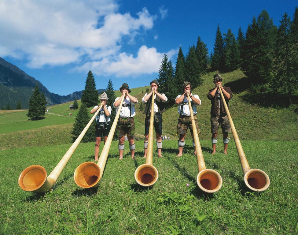 Alphornblaeser im Ausserfern Tirol © Österreich Werbung, Fotograf: Pigneter