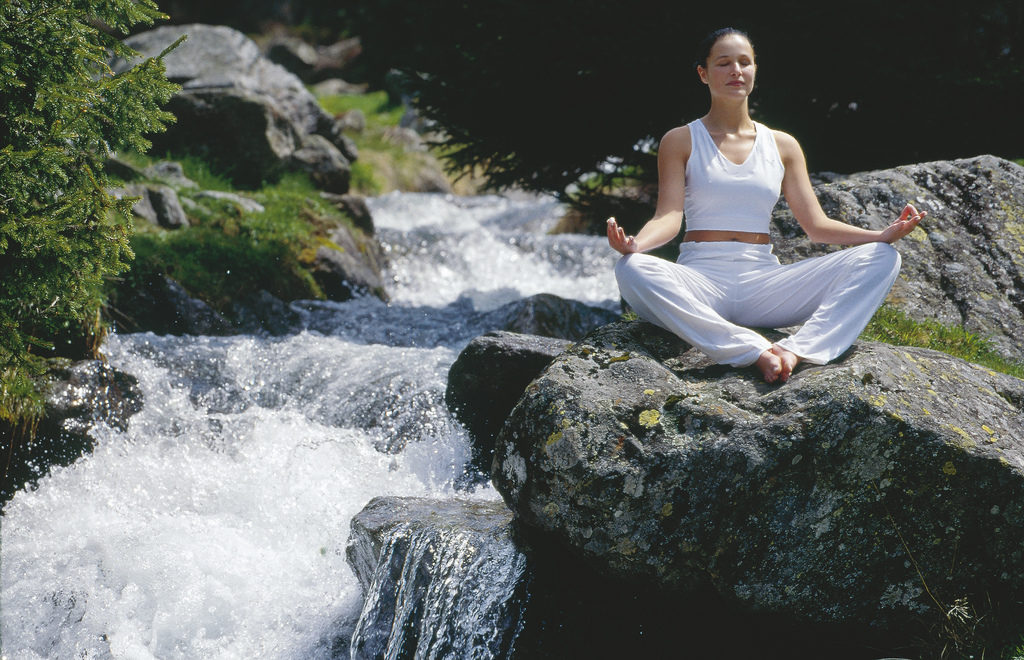 Yoga am Bachufer / Meditation © Österreich Werbung, Fotograf: Fankhauser